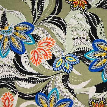 Tissu viscose vert motif rosaces bleues et orange