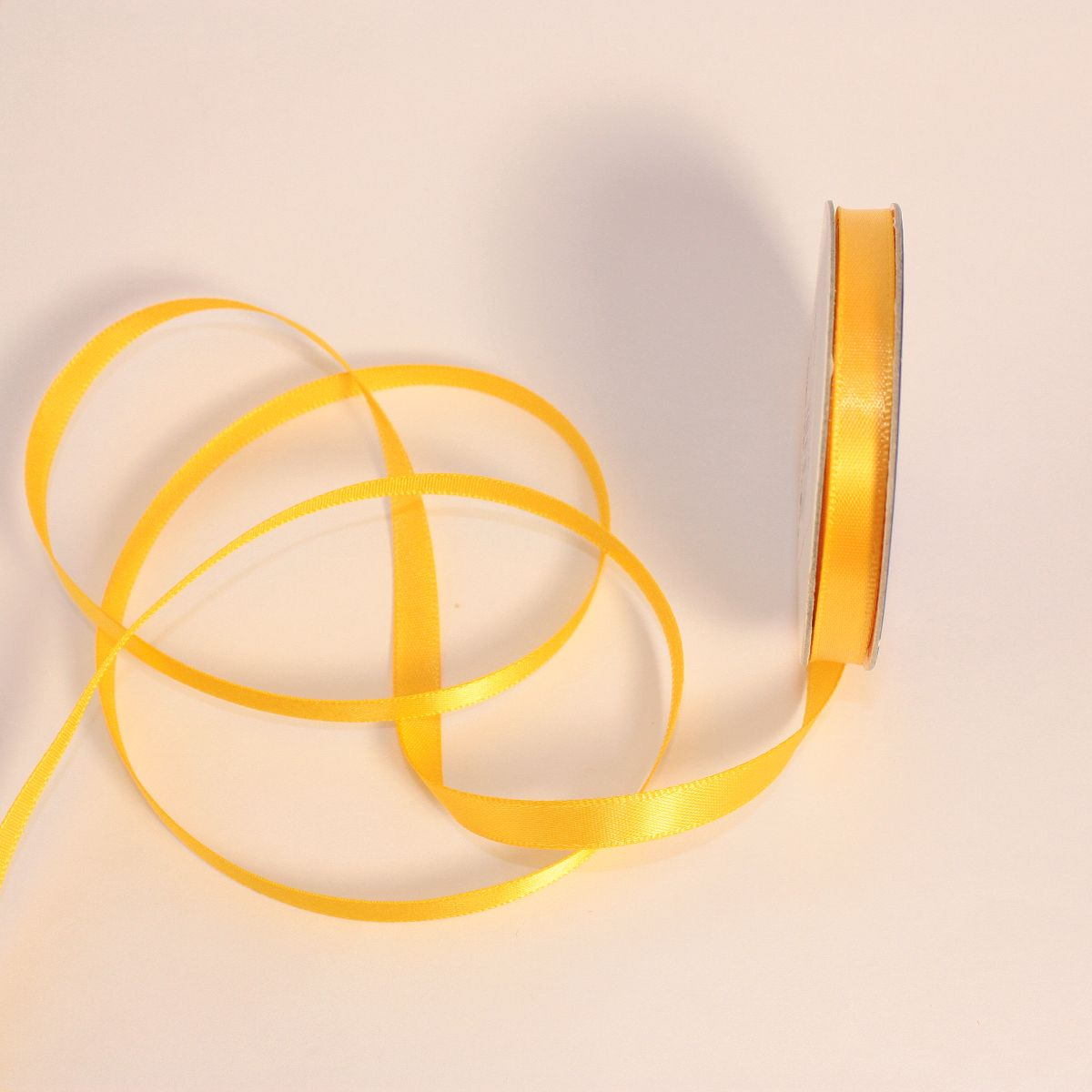 Ruban satin en bobine jaune blé 6 mm